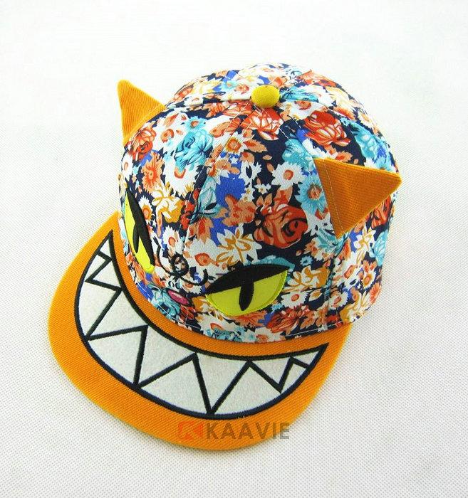 广州市凯维帽业有限公司成立于1993年,是一家专注中高端帽子设计研发生产的企业,已有21年成熟完善生产经验,主要面向国际大品牌帽子及国内知名品牌帽子供货,提供帽子OEM定制及ODM定制服务。凯维帽业可为客户提供: 款式齐全,样式新颖:每年可为客户开发超过2000多款新品,快速为客户提供最新流行元素的布料、辅料等设计。  资质认证齐全,质量保障:我们已经通过SGS、CE、ISO9001:2000等国际验厂及产品认证。  团队经验丰富,保证交期:我们有200多位经验非常丰富的技术工人,高级业务和设计人员,非常